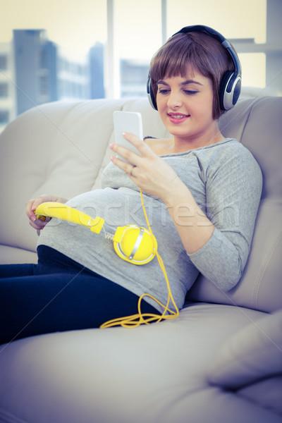 Terhes nő okostelefon zenét hallgat otthon nő zene Stock fotó © wavebreak_media