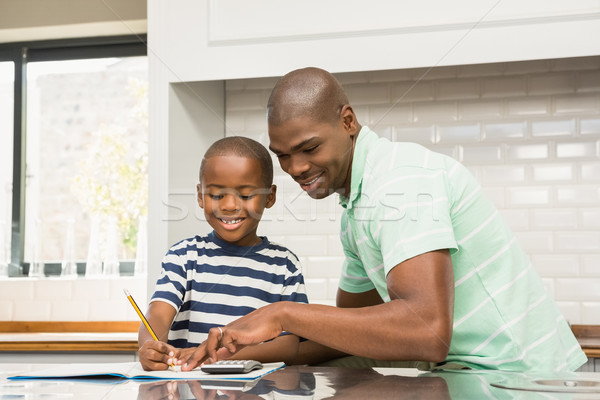 Ojciec pomoc syn praca domowa kuchnia rodziny Zdjęcia stock © wavebreak_media