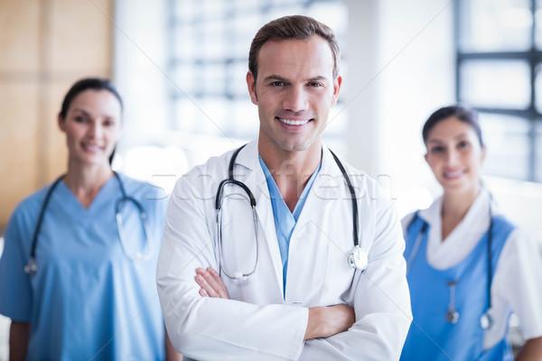 Mosolyog orvosi csapat keresztbe tett kar folyosó boldog Stock fotó © wavebreak_media