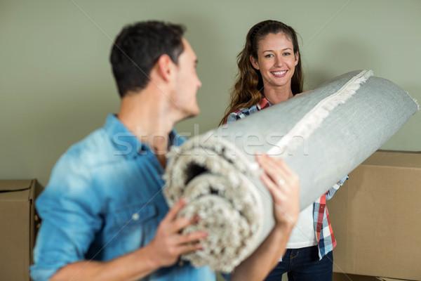 Boldog pár hordoz tekert felfelé szőnyeg Stock fotó © wavebreak_media