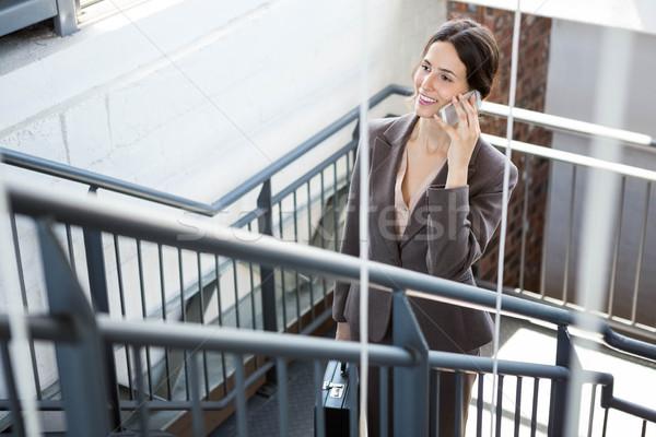 Gyönyörű üzletasszony lépcsőház mászik hordoz aktatáska Stock fotó © wavebreak_media
