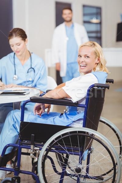 Portret vrolijk vrouwelijke arts vergadering rolstoel Stockfoto © wavebreak_media