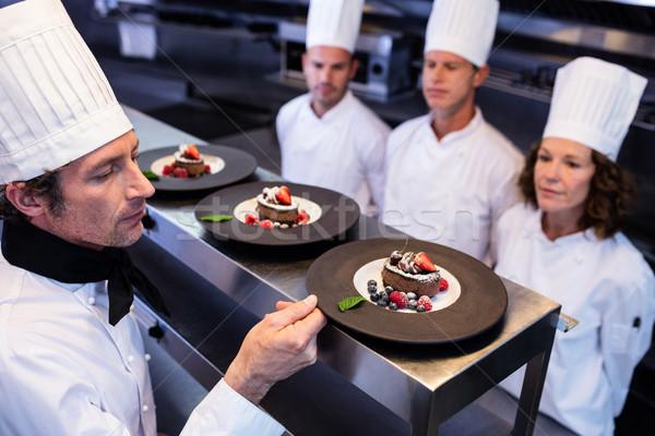 Hoofd chef dessert platen om station Stockfoto © wavebreak_media
