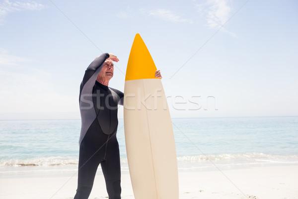 Senior homem prancha de surfe olhos praia Foto stock © wavebreak_media