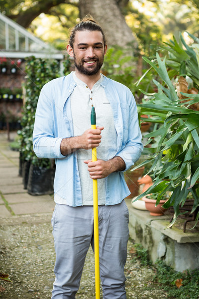 Retrato feliz jardinero mano herramienta jardín Foto stock © wavebreak_media