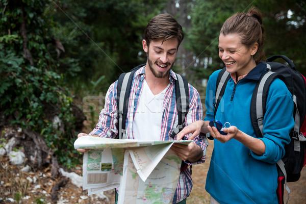 ハイカー カップル 見える 地図 コンパス 笑みを浮かべて ストックフォト © wavebreak_media
