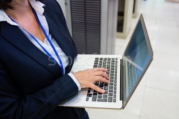 Tecnico lavoro laptop server stanza Foto d'archivio © wavebreak_media