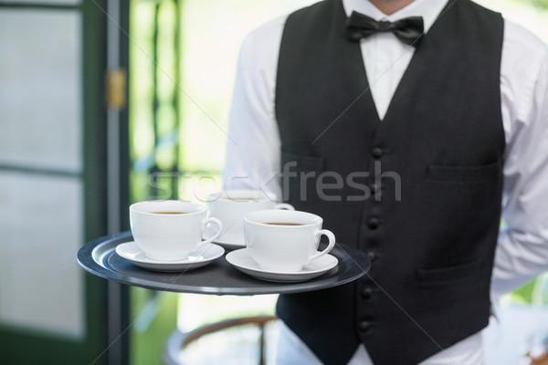 Mężczyzna kelner taca kubki do kawy Zdjęcia stock © wavebreak_media