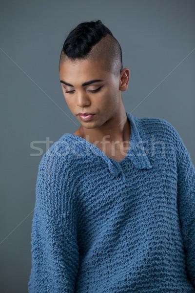 Transgender vrouw naar beneden te kijken grijs telefoon stoel Stockfoto © wavebreak_media
