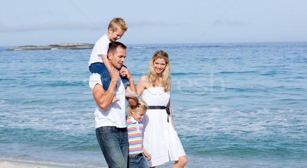 Animado familia caminando arena playa amor Foto stock © wavebreak_media