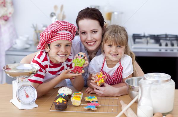 Mamă copii bucătărie fericit familie Imagine de stoc © wavebreak_media