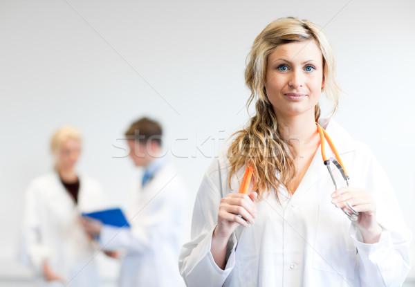 Ravi Homme chirurgien équipe derrière ordinateur Photo stock © wavebreak_media