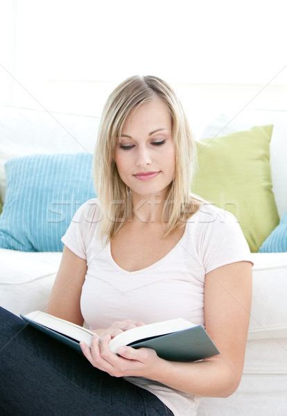 Concentrado lectura libro piso salón Foto stock © wavebreak_media