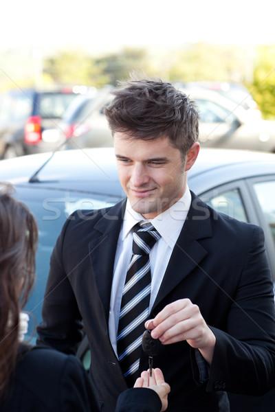Encantador vendedor cliente chaves do carro fora negócio Foto stock © wavebreak_media