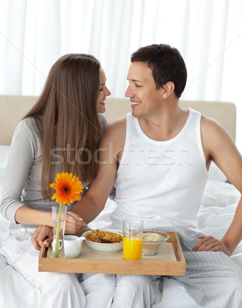 Hartstochtelijk paar ontbijt vergadering bed slaapkamer Stockfoto © wavebreak_media