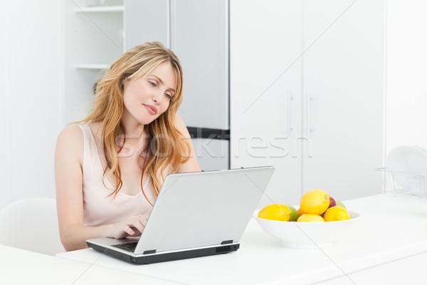 女性 作業 ノートパソコン ホーム ビジネス 笑顔 ストックフォト © wavebreak_media