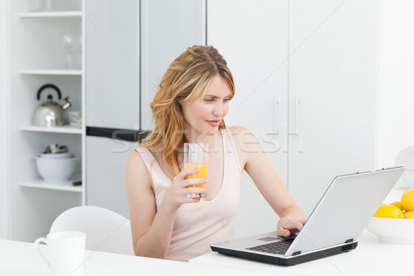 女性 飲料 見える ノートパソコン ホーム ビジネス ストックフォト © wavebreak_media