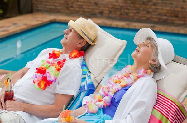 Gepensioneerd paar slapen naast zwembad man Stockfoto © wavebreak_media