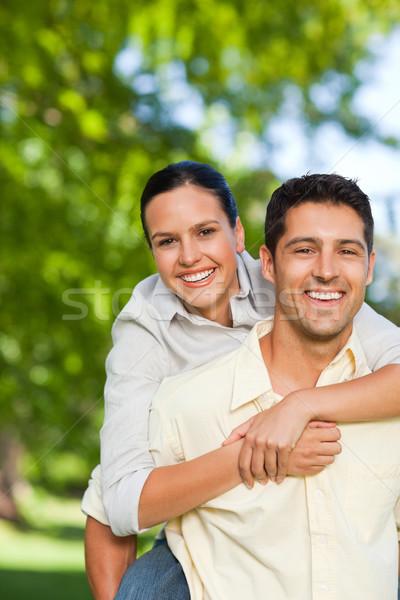 Uomo moglie piggyback famiglia ragazza sorriso Foto d'archivio © wavebreak_media