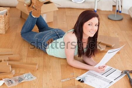 Csinos lány pózol olvas utasítás otthon Stock fotó © wavebreak_media