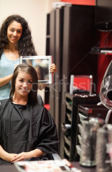 Portret kapper tonen klant nieuwe kapsel Stockfoto © wavebreak_media