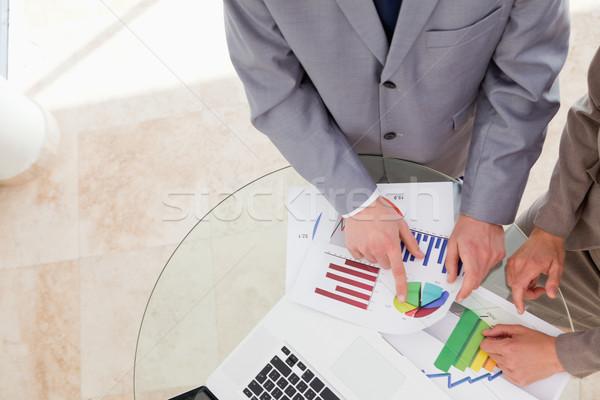 Mirando investigación datos junto negocios papel Foto stock © wavebreak_media
