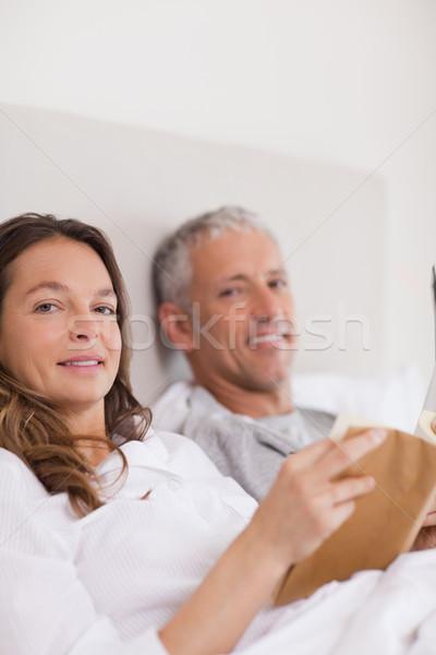 портрет женщину чтение книга муж Новости Сток-фото © wavebreak_media