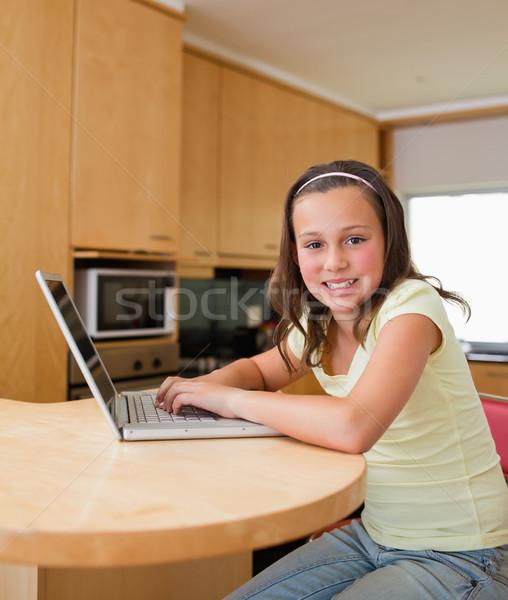 Stockfoto: Meisje · laptop · vergadering · keukentafel · internet · gelukkig