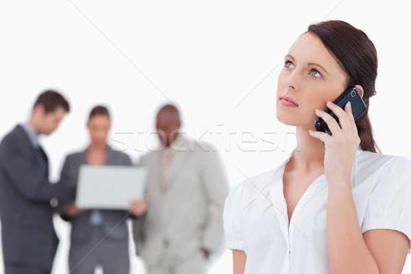 Zakenvrouw luisteren bezoeker collega's achter witte Stockfoto © wavebreak_media