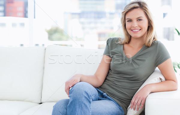 Nő mosolyog kanapé lábak keresztbe néz otthon lábak Stock fotó © wavebreak_media