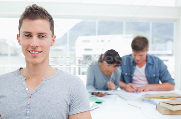 Studenten stehen vor Freunde lächelt Studie Stock foto © wavebreak_media