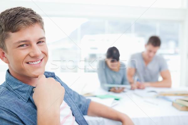 Foto stock: Sonriendo · estudiante · mirando · cámara · mano · cuello