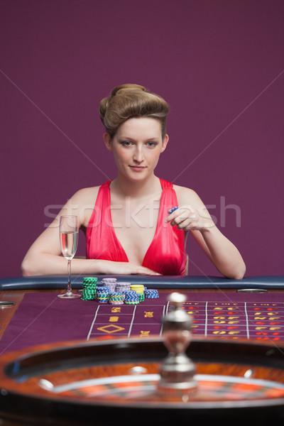 Stok fotoğraf: Kadın · oynama · rulet · şampanya · kumarhane · para