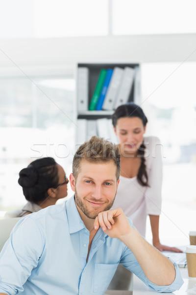 красивый мужчина улыбаясь камеры коллеги чате столе Сток-фото © wavebreak_media