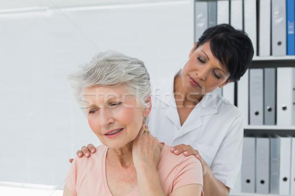 Chiropraticien regarder supérieurs femme Homme Photo stock © wavebreak_media