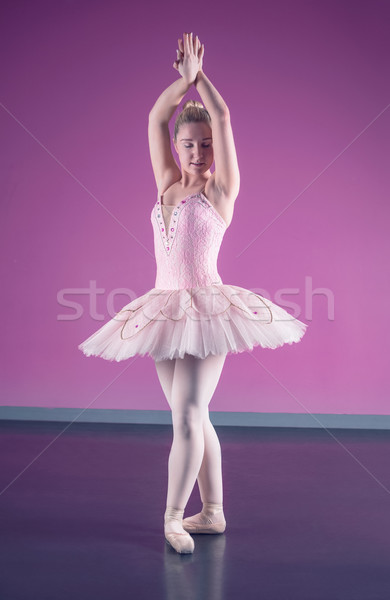 Bevallig ballerina permanente positie ballet studio Stockfoto © wavebreak_media
