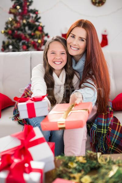 Mère fille couverture cadeaux maison Photo stock © wavebreak_media