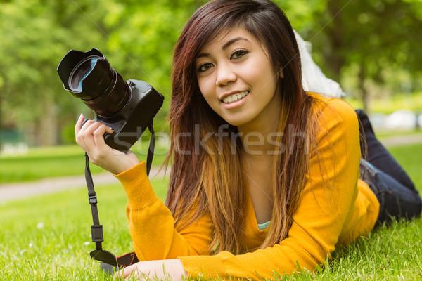 Kobiet fotograf parku portret trawy szczęśliwy Zdjęcia stock © wavebreak_media