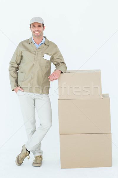 Futár áll boglya dobozok portré fehér Stock fotó © wavebreak_media