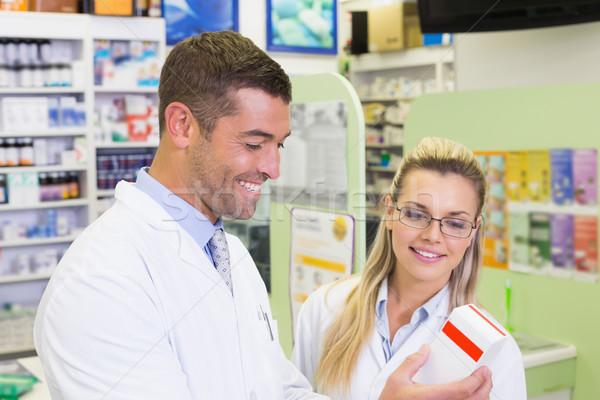 Equipo mirando medicina hospital farmacia mujer Foto stock © wavebreak_media
