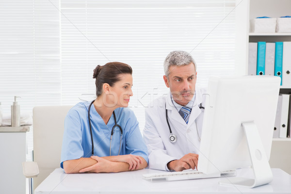 Doktorlar bakıyor bilgisayar tıbbi ofis adam Stok fotoğraf © wavebreak_media