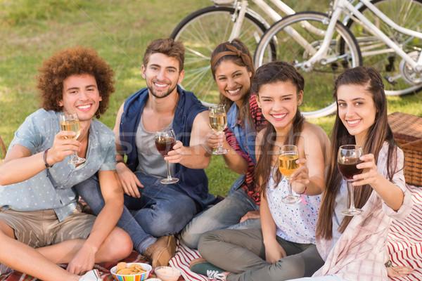 Boldog barátok park piknik napos idő férfi Stock fotó © wavebreak_media