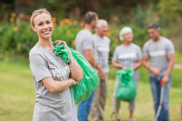 Gelukkig vrijwilliger verzamelen onzin vrouw Stockfoto © wavebreak_media
