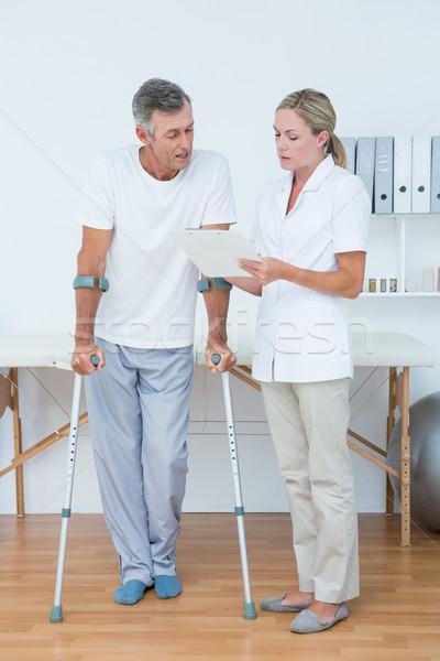 医師 クリップボード 患者 松葉杖 医療 ストックフォト © wavebreak_media