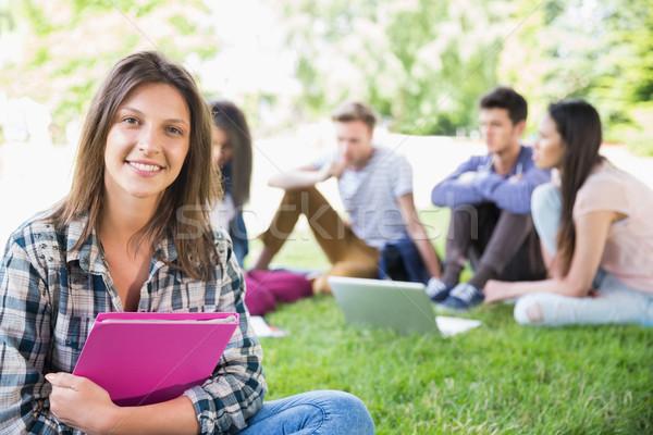 Gelukkig studenten vergadering buiten campus universiteit Stockfoto © wavebreak_media