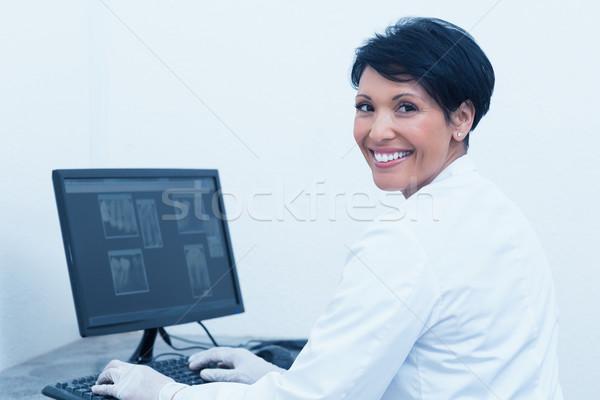 Sorridente feminino dentista raio x computador retrato Foto stock © wavebreak_media