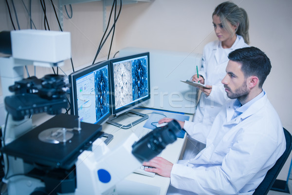 Wetenschap studenten naar microscopisch universiteit Stockfoto © wavebreak_media