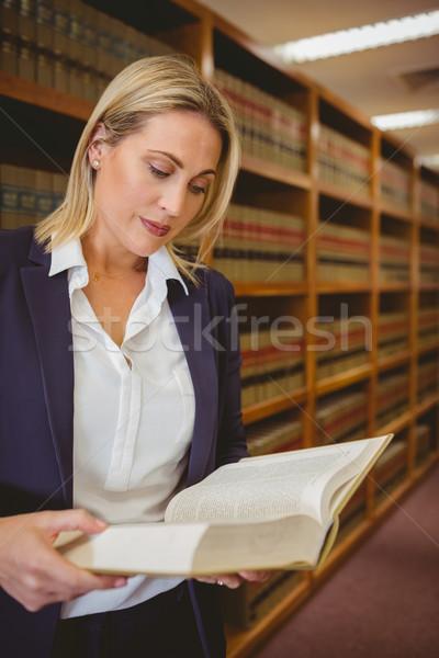 Sério bibliotecário leitura livro biblioteca mulher Foto stock © wavebreak_media