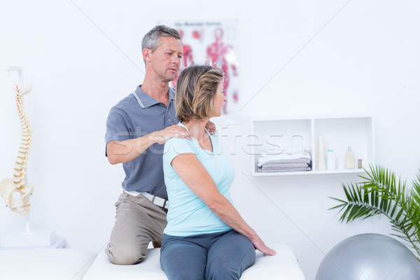 Arts onderzoeken patiënt nek medische kantoor Stockfoto © wavebreak_media