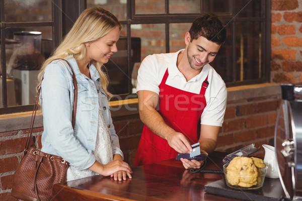 Sorridente garçom cartão de crédito café servidor trabalhador Foto stock © wavebreak_media